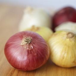 Kaip pjaustyti svogūną