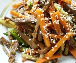 Kinietiškos jautienos salotos su sezamais