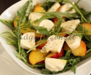 Salotos su persikais ir sūriu