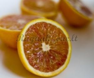 Nevirtas apelsinų džemas su džiovintomis uogomis, riešutais bei juodąja ceilono arbata