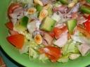 Vištienos salotos su avokadais ir migdolais