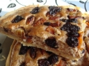 Pyragas su džiovintais vaisiais ir riešutais