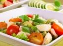 Salotos su mocarela, pomidorais, krevėtmis ir avokadais