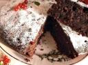 Šokoladinis pyragas su raudonaisiais serbentais