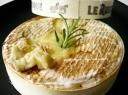 Orkaitėje keptas Kamemberto sūris su miško grybais ir žolelėmis