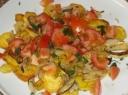 Cukinijų salotos su šviežiais pomidorais