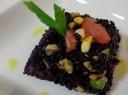 Lašišos tartaras su avokadu ir laimu patiekiamas su juodaisiais ryžiais