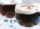 Airiška kava su šokoladu ir plakta grietinėle