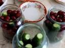 Marinuoti agurkėliai su vyšniomis