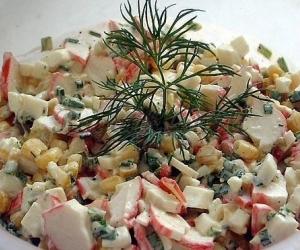 Salotos su krabų lazdelėmis ir ryžiais