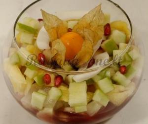 Vaisių salotos su braškių sirupu