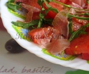 Pomidorų salotos su parmos kumpiu