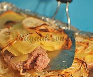 Bulvių ir dešrelių apkepas