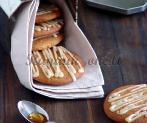 Sausainiai su klevų sirupu
