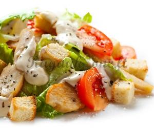 Cezario salotos su keptais vištienos kepsneliais
