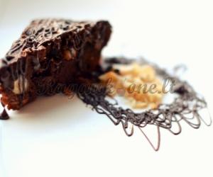 Burnoje tirpstantis šokoladinis pyragas su riešutais