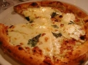 Keturių sūrių pica