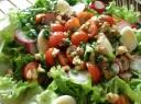 Šviežių daržovių salotos su putpelių kiaušiniais ir graikiniais riešutais