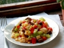 Duonos ir daržovių salotos