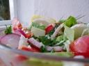 Salotos su pomidorais, mėsa ir žiediniais kopūstais