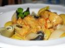 Makaronai su kepta vištiena ir troškintomis morkomis