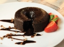 Šokoladinės karamelės pyragaitis su braškių padažu