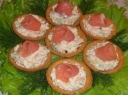 Tartaletės su sūdyta raudona žuvimi